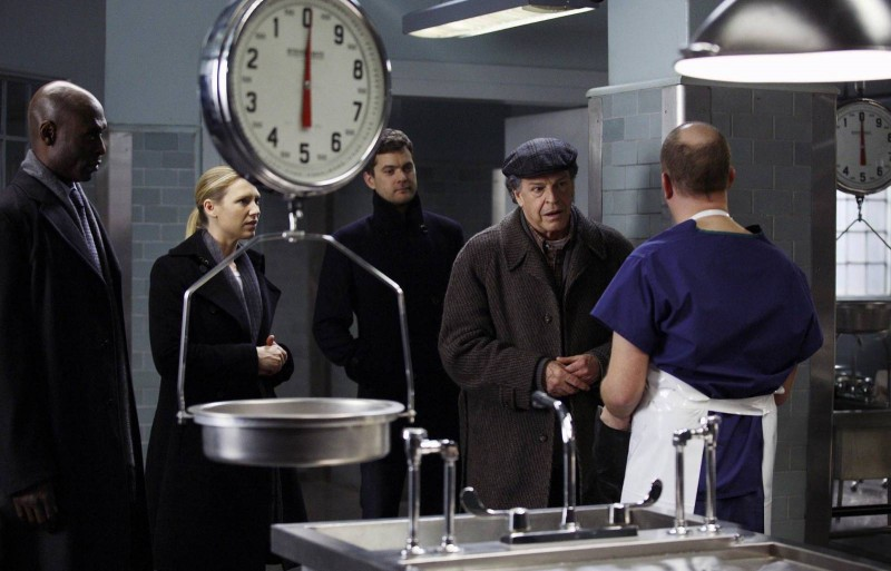 Anna Torv, Lance Reddick, John Noble e Joshua Jackson in un momento dell'episodio Olivia. In The Lab. With The Revolver. di Fringe