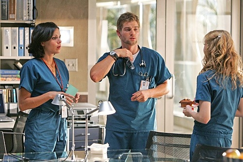 Elisabeth Harnois, Lana Parrilla e Mike Vogel nell'episodio 88 Seconds di Miami Medical