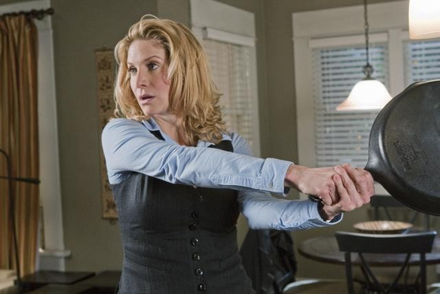 Elizabeth Mitchell pronta a difendersi nell'episodio Welcome to the War di V, remake di Visitors