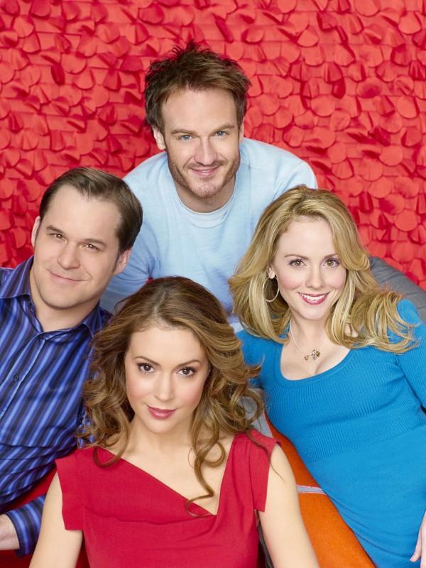 Kyle Bornheimer, Kelly Stables, Josh Lawson ed Alyssa Milano in una foto promozionale di Romantically Challenged