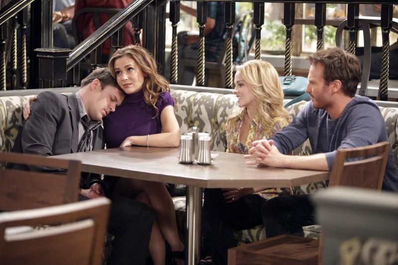 Kyle Bornheimer, Kelly Stables, Josh Lawson ed Alyssa Milano in una scena dell'episodio Rebecca's One Night Stand di Romantically Challenged
