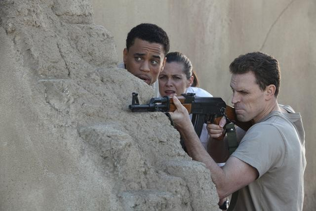 Michael Ealy, Christine Woods e Travis Johns nell'episodio Better Angels di FlashForward