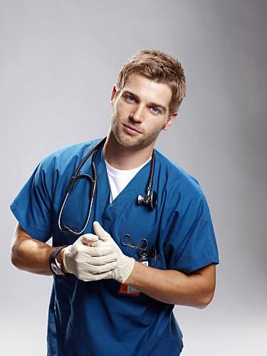 Mike Vogel è il Dr. Chris 'C' Deleo nella serie Miami Medical
