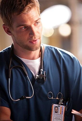 Mike Vogel in una scena del pilot di Miami Medical