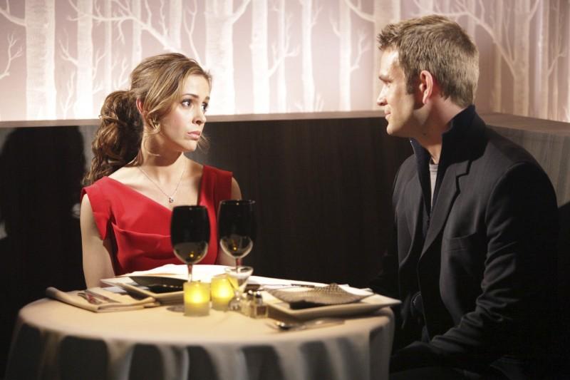 Paul Greene ed Alyssa Milano nell'episodio Rebecca's One Night Stand di Romantically Challenged