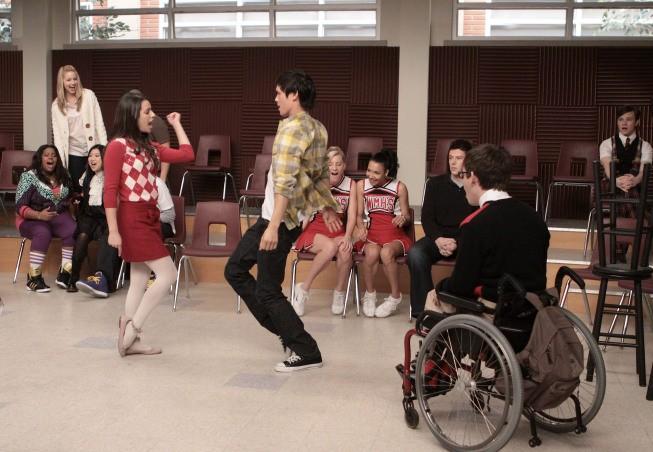 Un momento delle prove dei New Directions nell'episodio Hell-O di Glee