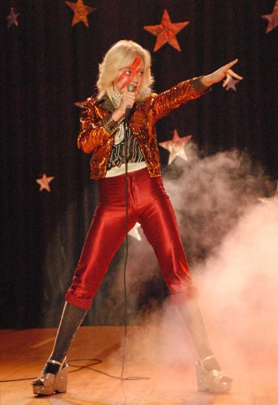 Cherie Currie (Dakota Fanning) durante un'esibizione nel film The Runaways