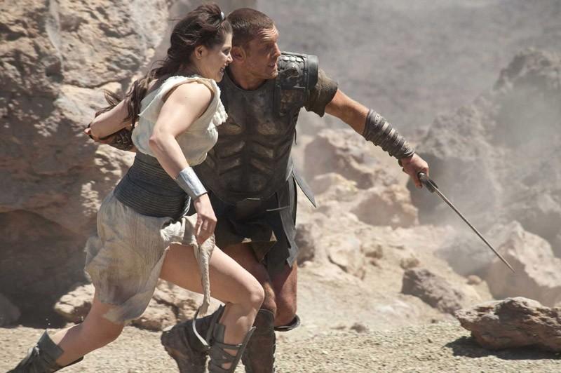 Gemma Arterton e Sam Worthington in fuga, in una sequenza del film Clash of the Titans