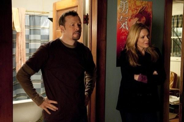 In Plain Sight: Donnie Wahlberg e Mary McCormack in una scena dell'episodio Father Goes West