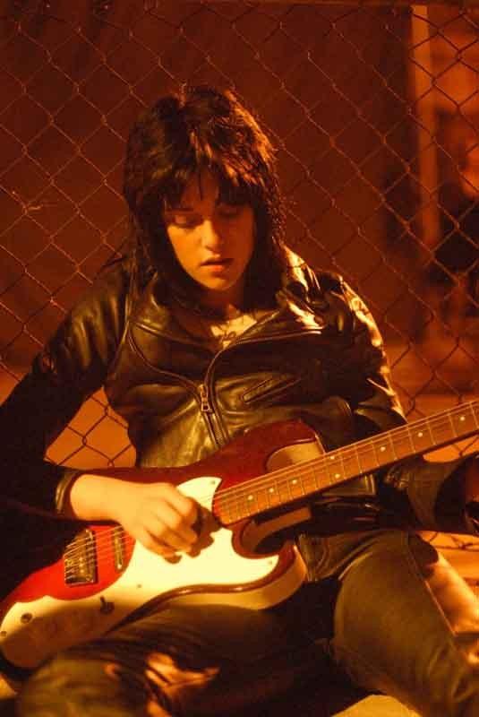 Joan Jett (Kristen Stewart) e la sua chitarra in una scena del film The Runaways