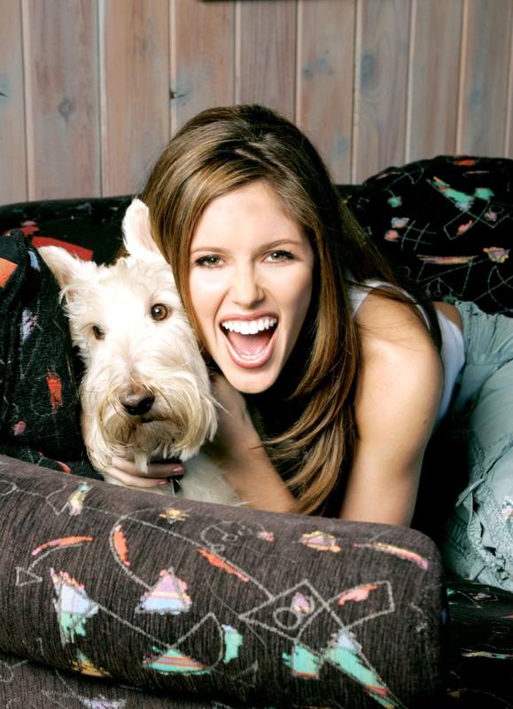 Kayla Ewell posa con un cagnolino per uno scatto promozionale