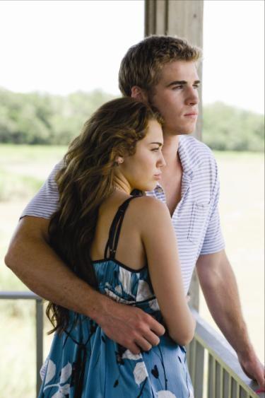Liam Hemsworth e Miley Cyrus insieme nel film The Last Song