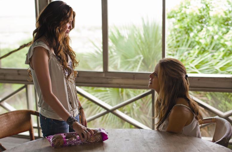 Miley Cyrus e Kelly Preston in una scena di The Last Song