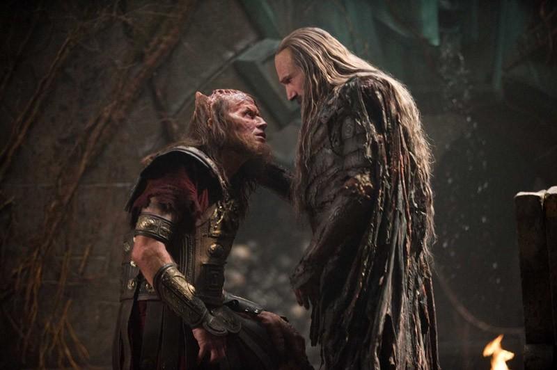 Ralph Fiennes (Ade) parla con un suo sottoposto nel film Scontro tra Titani 3D