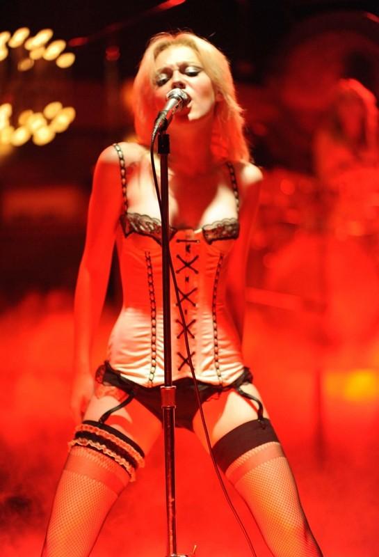 Un'esibizione super sexy per Cherie Currie (Dakota Fanning) nel film The Runaways