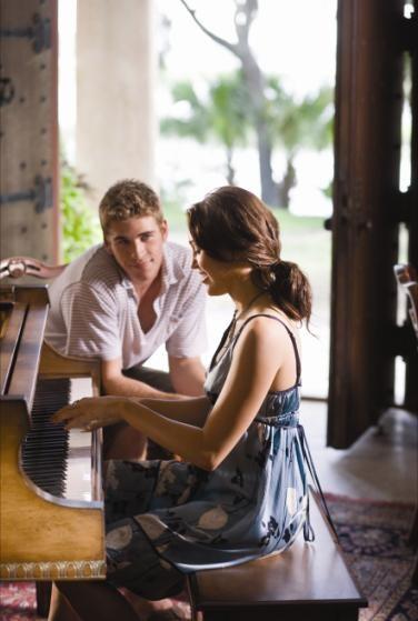 Una tenera immagine di Liam Hemsworth e Miley Cyrus dal film The Last Song