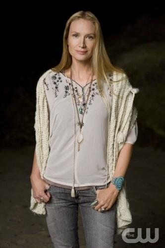 90210: Kelly Lynch è Laurel in una foto promozionale della stagione 2