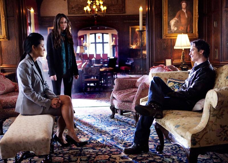 Anna (Malese Jow) e Pearl (Kelly Hu) discutono con Damon (Ian Somerhalder) nell'episodio There Goes the Neighborhood di Vampire Diaries