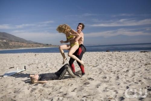 AnnaLynne McCord, Gillian Zinser e Matt Lanter in una scena dell'episodio Girl Fight di 90210