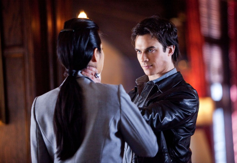 Damon (Ian Somerhalder) affronta Pearl (Kelly Hu) nell'episodio There Goes the Neighborhood di Vampire Diaries