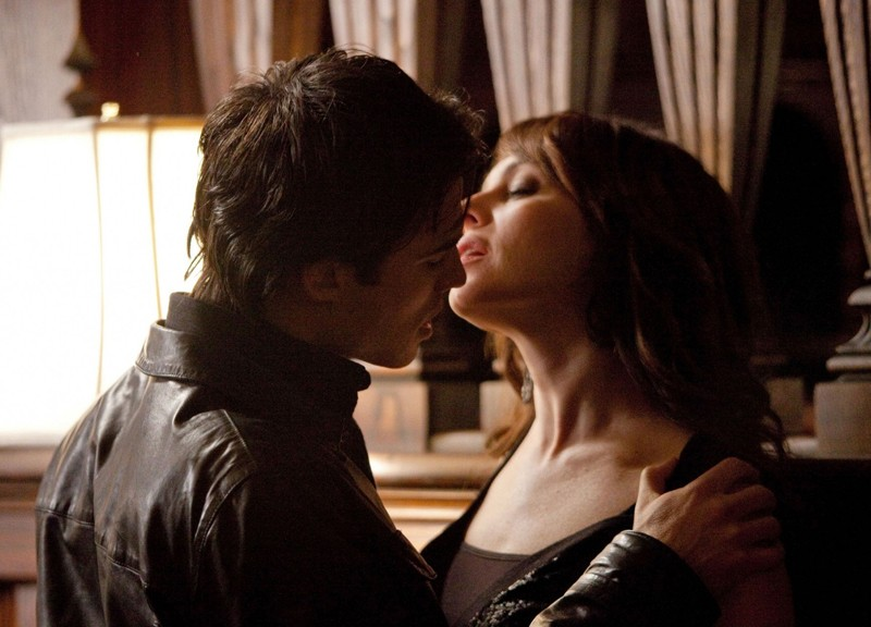 Damon (Ian Somerhalder) seduce Kelly Donovan (Melinda Clarke) nell'episodio There Goes the Neighborhood di Vampire Diaries