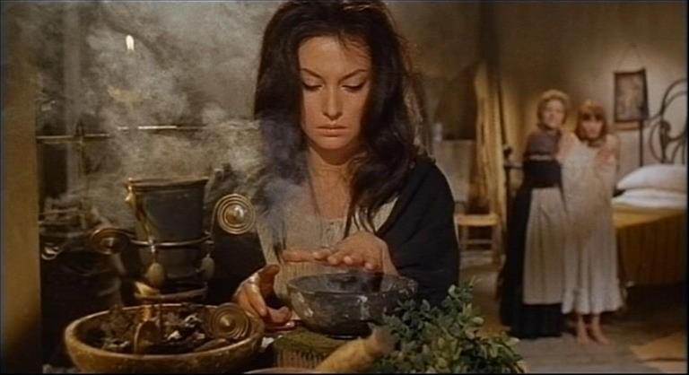 Fabienne Dali in una scena del film Operazione paura (1966)
