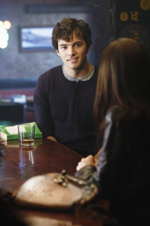 Ian Harding in una scena della serie Pretty Little Liars