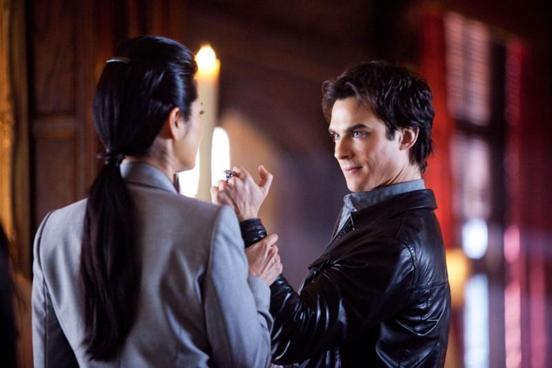 Kelly Hu (di spalle) e Ian Somerhalder in una scena dell'episodio There Goes the Neighborhood di Vampire Diaries