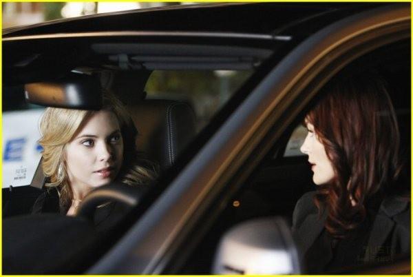 Laura Leighton ed Ashley Benson in una scena della serie Pretty Little Liars