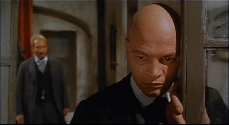 Luciano Catenacci e (sullo sfondo) Piero Lulli in una scena del film Operazione paura