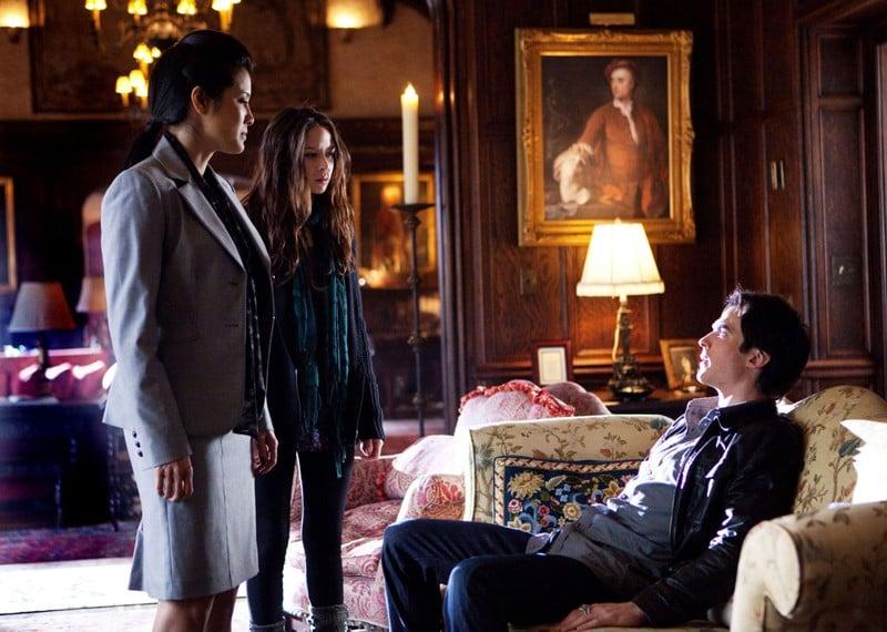 Malese Jow, Kelly Hu e Ian Somerhalder nella vecchia pensione dei Salvatore nell'episodio There Goes the Neighborhood di Vampire Diaries