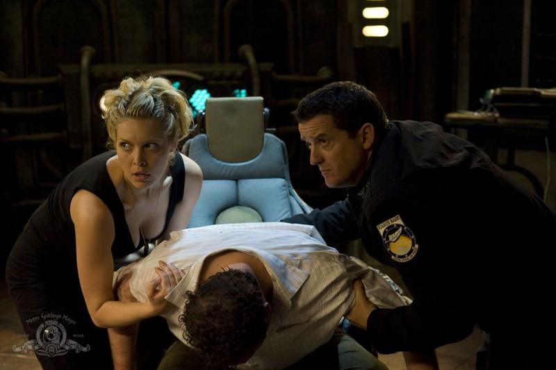 Alaina Kalanj e Justin Louis soccorrono Mark Burgess nell'episodio Justice di Stargate Universe