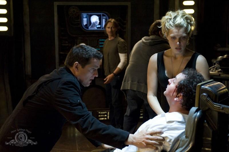 Alaina Kalanj, Justin Louis, Mark Burgess e Robert Carlyle nell'episodio Justice di Stargate Universe