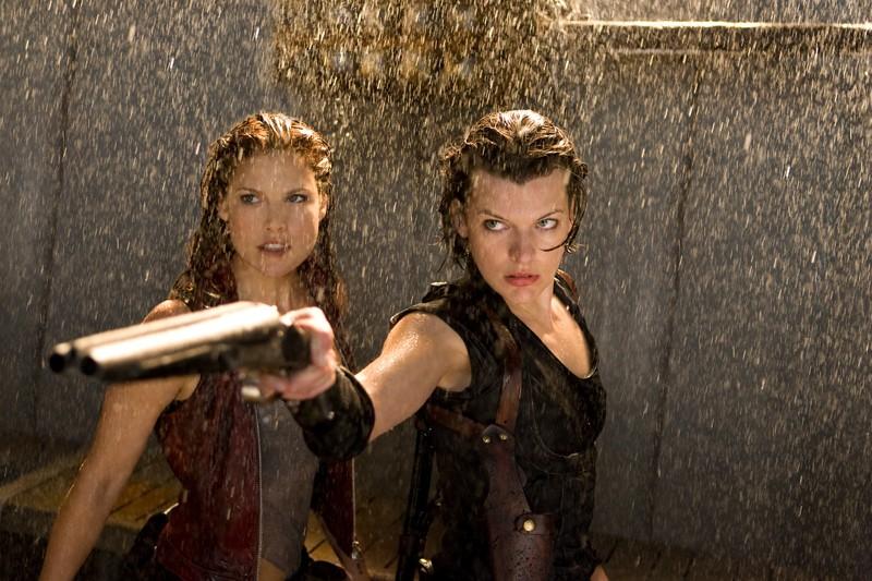 Ali Larter (Claire Redfield) e Milla Jovovich (Alice) sotto la pioggia, in una scena del film Resident Evil: Afterlife