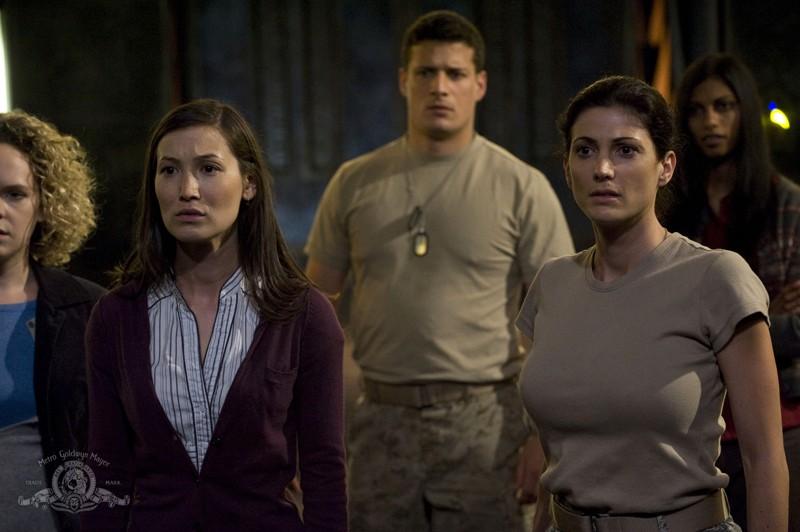 Una sequenza dell'episodio Space di Stargate Universe con Lisa Park (Jennifer Spence), Julia Anderson (Vanessa James) e parte dell'eqipaggio