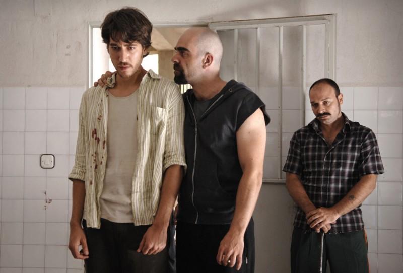 Alberto Ammann, Luis Tosar e Vicente Romero in un'immagine del film Cella 211