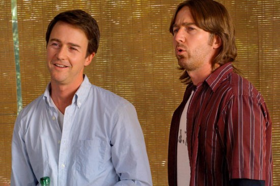 Ancora un'immagine dei terribili gemelli protagonisti di Leaves of Grass, interpretati da Edward Norton