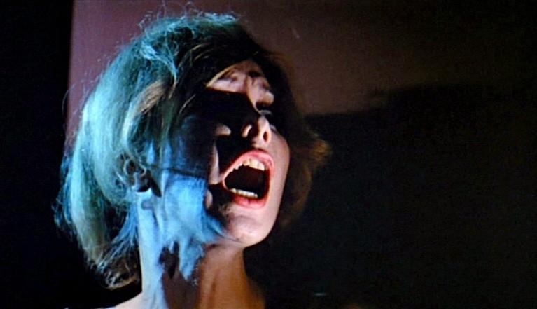 Ariana Gorini spaventata in una scena del thriller Sei donne per l\'assassino