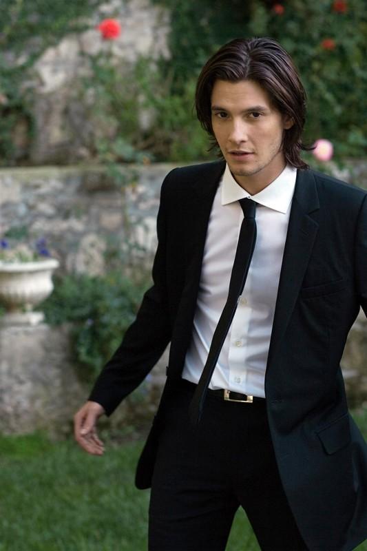 Ben Barnes in giacca e cravatta per un servizio fotografico