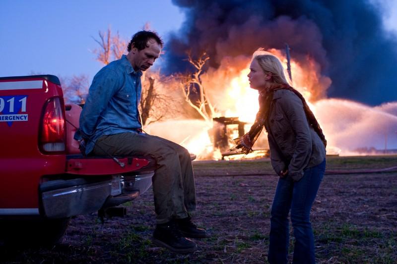 Brett Rickaby e Radha Mitchell in una sequenza del film The Crazies