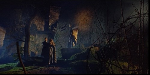 Giacomo Rossi-Stuart con Erika Blanc e Giuseppe Addobbati in una scena del film Operazione paura
