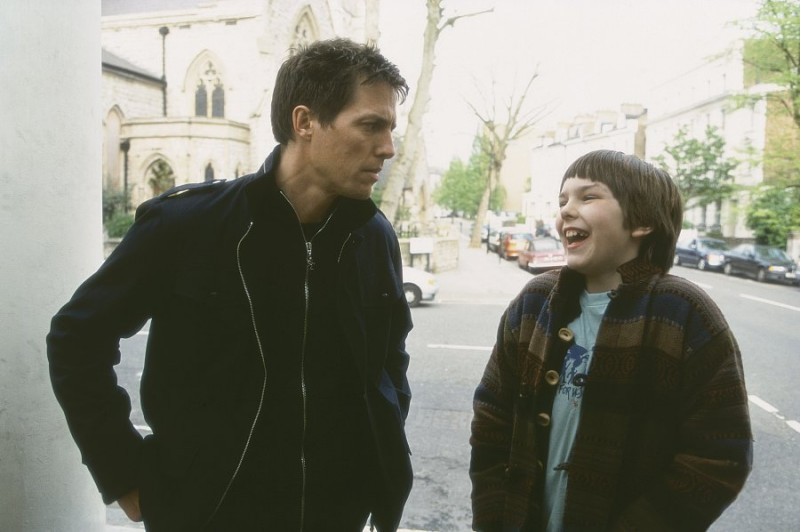 Hugh Grant (Will) accanto a Nicholas Hoult (Marcus) in una scena del film About a Boy