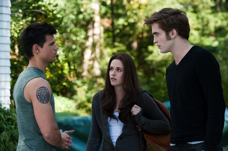 Il trio protagonista (Taylor Lautner, Kristen Stewart e Robert Pattinson) in una scena tratta dal film The Twilight Saga: Eclipse
