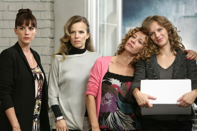 Irene Ferri, Sonia Bergamasco, Carlotta Natoli, Antonia Liskova nell'episodio Dimmi quando di Tutti pazzi per amore 2
