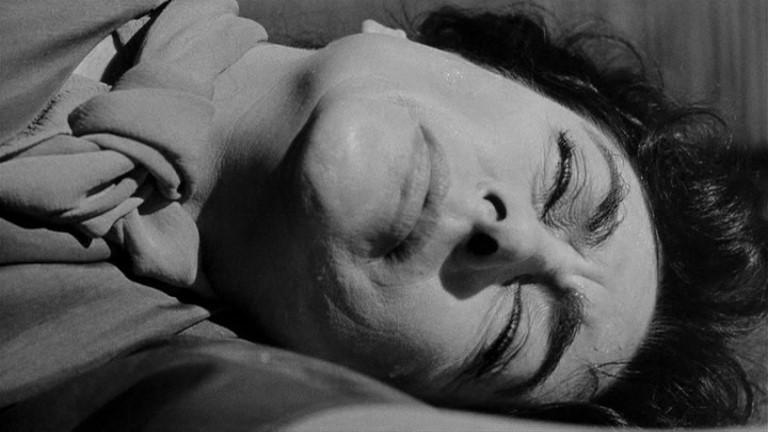 Joan Crawford priva di sensi in una scena del film Che fine ha fatto Baby Jane?
