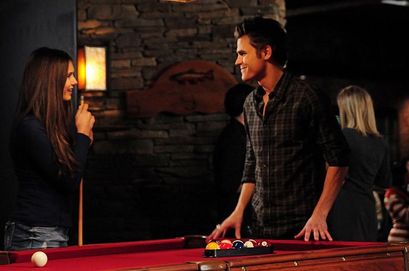 Nina Dobrev e Paul Wesley al tavolo da biliardo nell'episodio 162 Candles di The Vampire Diaries