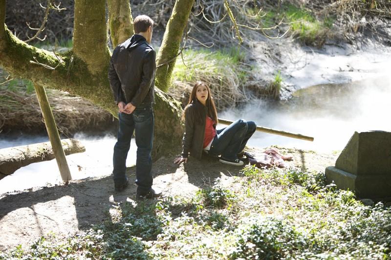 Nina Dobrev piuttosto spaventata nel primo episodio di Vampire Diaries