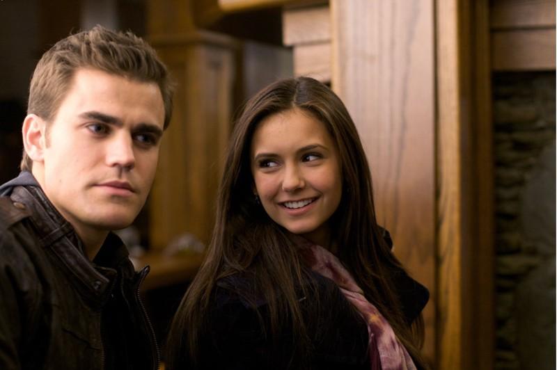 Paul Wesley e una sorridente Nina Dobrev sul set del primo episodio di Vampire Diaries