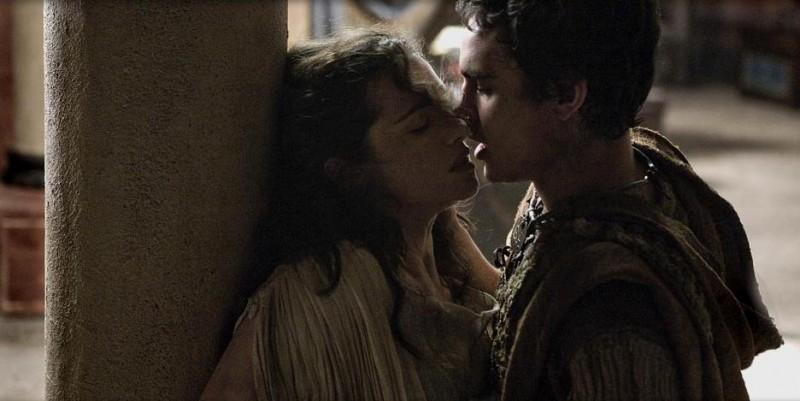 Rachel Weisz e Rupert Evans in un'immagine romantica del film Agora
