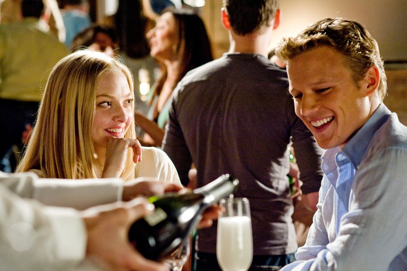 Sophie (Amanda Seyfried) e Charlie (Christopher Egan) cenano assieme nel film Letters to Juliet